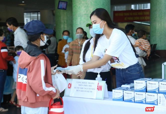 Á hậu Kim Duyên phát khẩu trang y tế miễn phí tại BV Cần Thơ ảnh 2