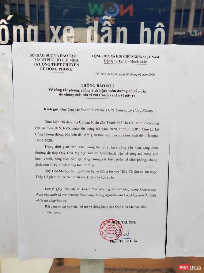 Trường THPT Chuyên Lê Hồng Phong (Quận 5) dán thông báo của cô Hiệu trưởng Phạm Thị Bé Hiền cho học sinh nghỉ đến 16/2