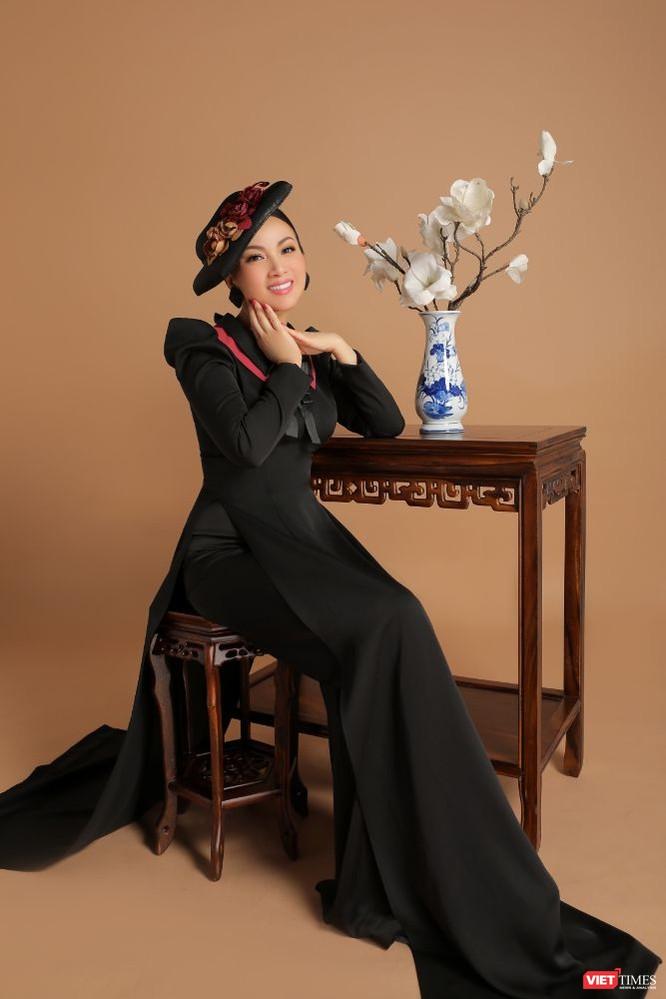 Trong gam màu đen, Hà Phương nổi bật với áo dài đi cùng phụ kiện