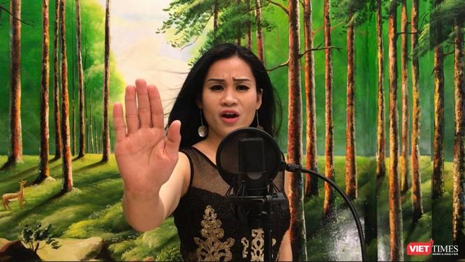 Ca sĩ Đào Tố Loan thể hiện bản tiếng Anh
