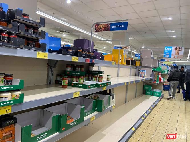 Nhiều quầy hàng tại các siêu thị ở Anh trống trơn nếu đi mua vào cuối ngày (Ảnh: NVCC)
