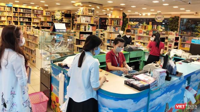 Người Việt đi mua sách, văn phòng phẩm đã tuân thủ rất tốt quy định bắt buộc phải đeo khẩu trang nơi công cộng.