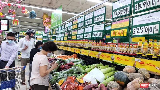 Người nước ngoài chưa chịu đeo khẩu trang khi đi siêu thị