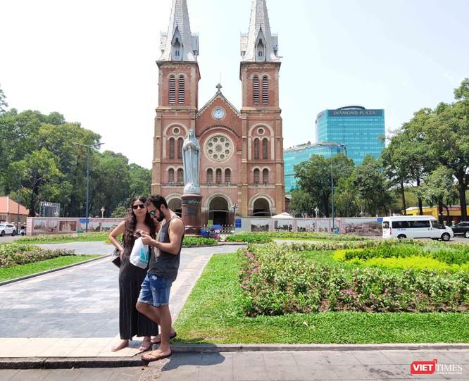 Khách du lịch tại TP.HCM chiều 16-3 vẫn còn nhiều người không đeo khẩu trang (Ảnh: Hòa Bình)