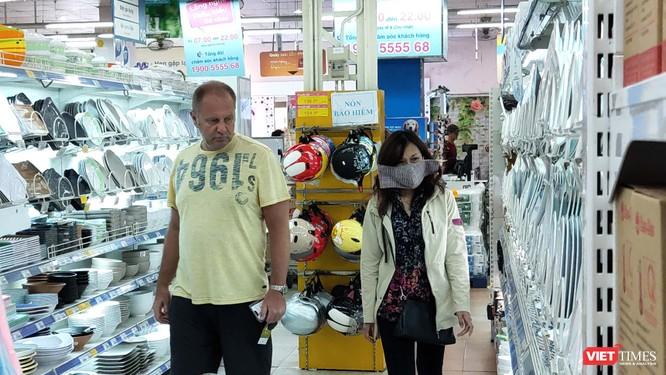 Khách Việt tuân thủ đeo khẩu trang nhưng người nước ngoài thì chưa