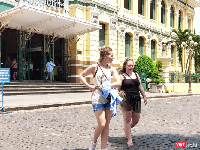 Một số người nước ngoài xuất hiện ở Bưu điện Trung tâm vẫn chưa chịu đeo khẩu trang
