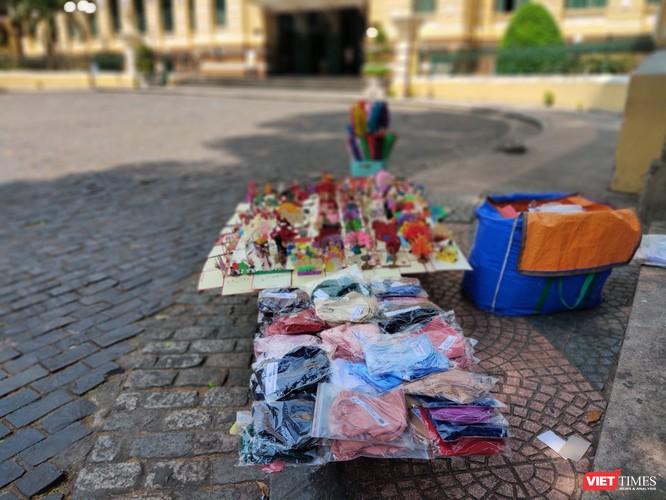 Khẩu trang bày bán cho khách du lịch ngay ngoài cửa Bưu điện Trung tâm