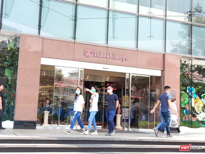 Khách Việt đến các trung tâm thương mại lớn tại TP.HCM đều đeo khẩu trang