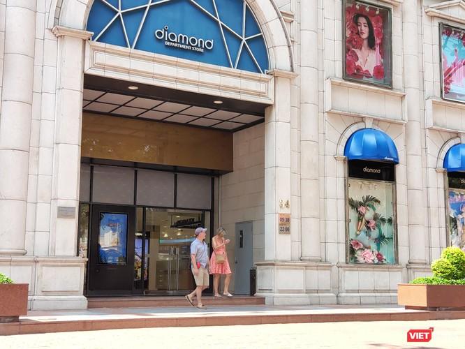 Người nước ngoài đến Trung tâm Thương mại Diamon Plaza chưa chịu đeo khẩu trang (Ảnh: Hòa Bình)