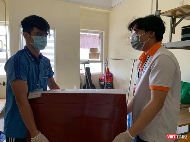 SV tình nguyện ĐHQG TP.HCM giúp thu dọn đồ đạc (Ảnh do Ban quản lý KTX cung cấp)