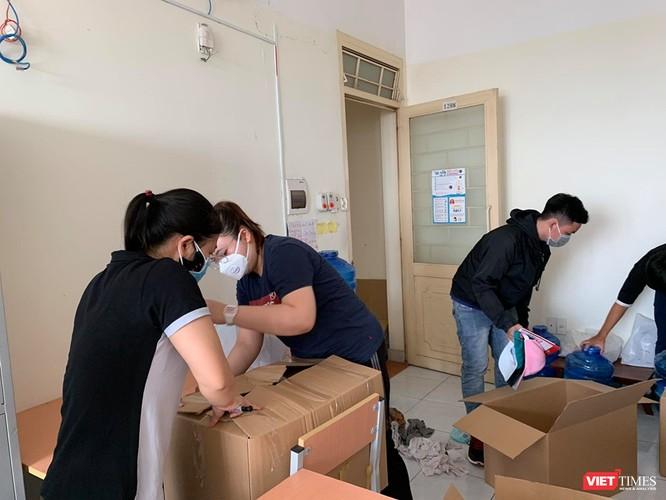 SV tình nguyện tiếp tục dọn dẹp, đóng gói đồ đạc để chuẩn bị chỗ ở cho những người nhập cảnh tiếp theo (Ảnh: BQL KTX)