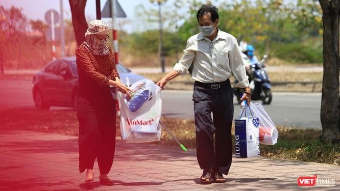 Người nhà tiếp tế cho thân nhân đang cách ly (Ảnh: BQL KTX ĐHQG cung cấp)