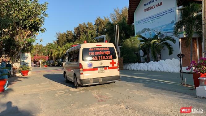 Xe đón người nhập cảnh đưa đi cách ly ở resort Phương Nam, huyện Cần Giờ (Ảnh: Phạm Nguyễn)