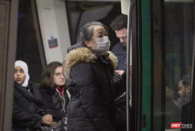 Người châu Á lên tàu điện ở Paris đeo khẩu trang sẽ bị kỳ thị (Ảnh: Le Monde)