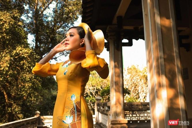 Diễn viên điện ảnh Đinh Y Nhung trong áo dài Việt Hùng đẹp lộng lẫy sắc xuân