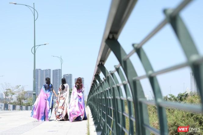Đẹp lộng lẫy trong áo dài Việt Hùng, các ca sĩ thả dáng trên phố vắng