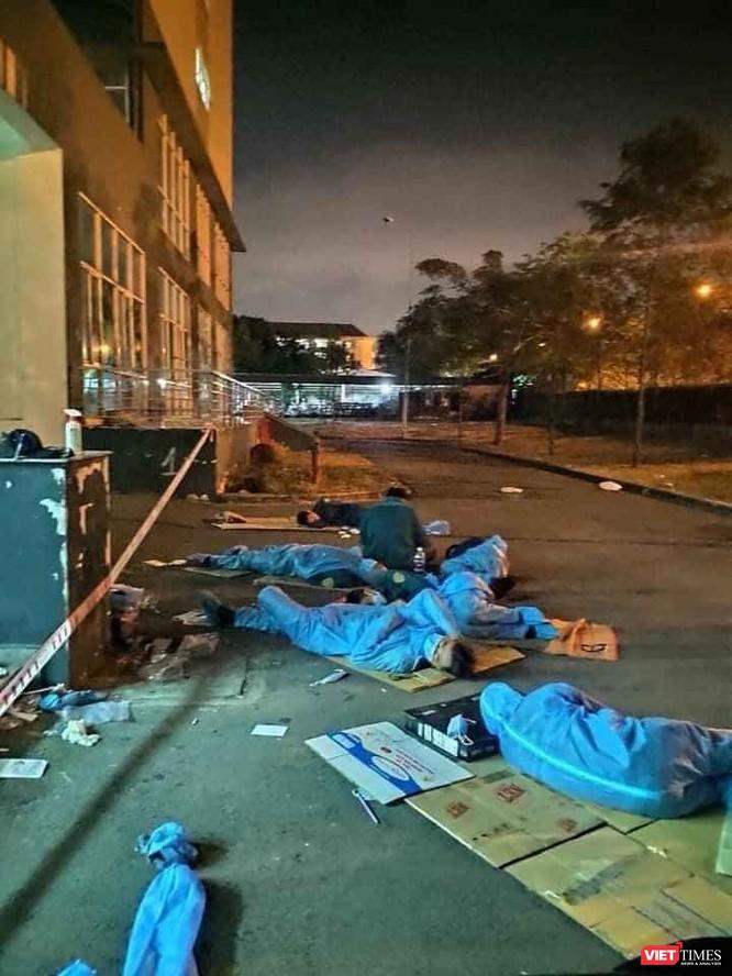 Giấc ngủ ngắn ngủi khi trời đã gần sáng của những tình nguyện viên khiến cộng đồng rơi nước mắt (Ảnh: BQL KTX)