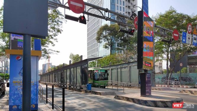 Những chuyến xe bus cuối cùng chiều 27-3 (Ảnh: Hòa Bình)