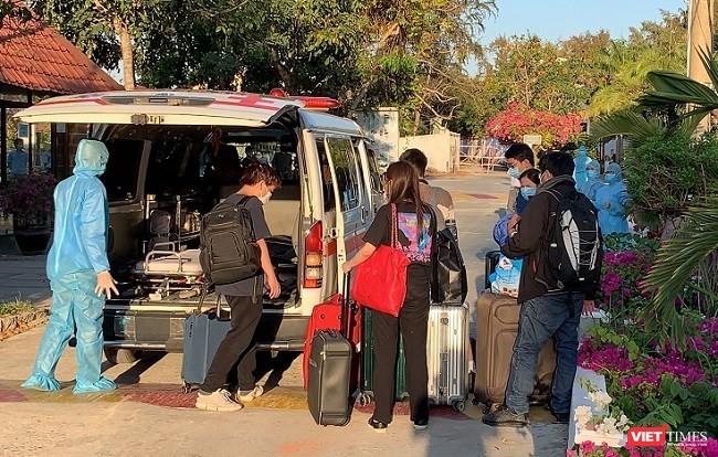 Đưa người về khu cách ly resort Phương Nam, Cần Giờ (Ảnh: Phạm Nguyễn)