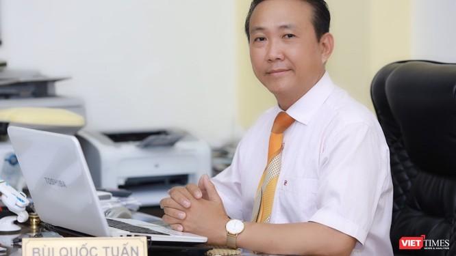 Luật sư Bùi Quốc Tuấn trao đổi về quyền khởi kiện để bảo vệ danh dự (Ảnh: Minh Tuệ)