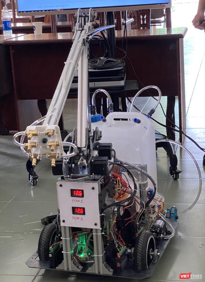 Cận cảnh robot khử khuẩn được đưa vào sử dụng tại BV Dã chiến Củ Chi (Ảnh: SYT)