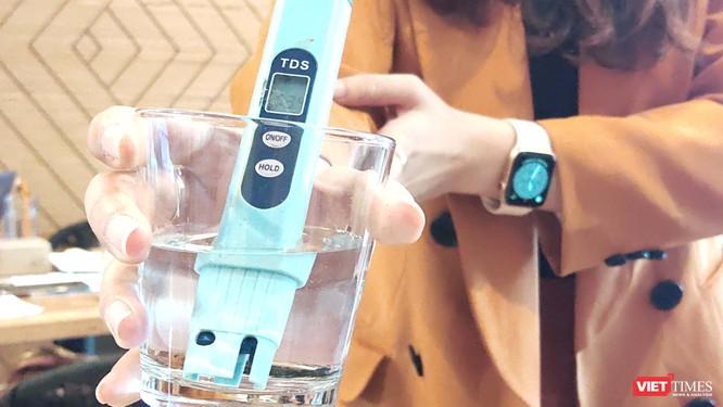 Cách đo tổng lượng chất rắn hòa tan trong nước (Ảnh: Hòa Bình)