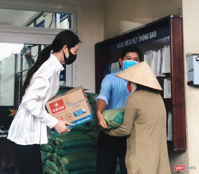 Hoa hậu Khánh Vân tặng 2 tấn gạo, 200 thùng mì giúp người nghèo vượt dịch COVID-19 ảnh 4
