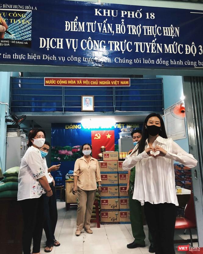 Hoa hậu Khánh Vân và mẹ trực tiếp cùng các cán bộ đi đến các hộ dân ở khu vực phường Bình Hưng Hòa A, quận Bình Tân để trao quà.