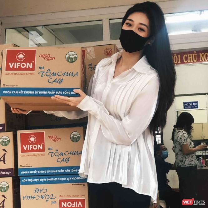 Hoa hậu Khánh Vân tặng 2 tấn gạo, 200 thùng mì giúp người nghèo vượt dịch COVID-19 ảnh 6