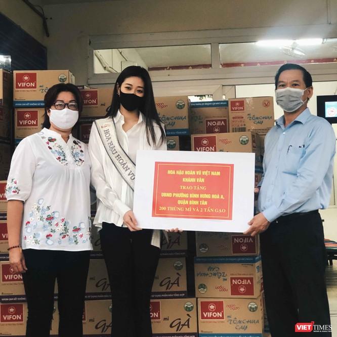 Hoa hậu Khánh Vân tặng 2 tấn gạo, 200 thùng mì giúp người nghèo vượt dịch COVID-19 ảnh 5