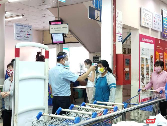 Người dân đi siêu thị đều phải đeo khẩu trang và đo thân nhiệt