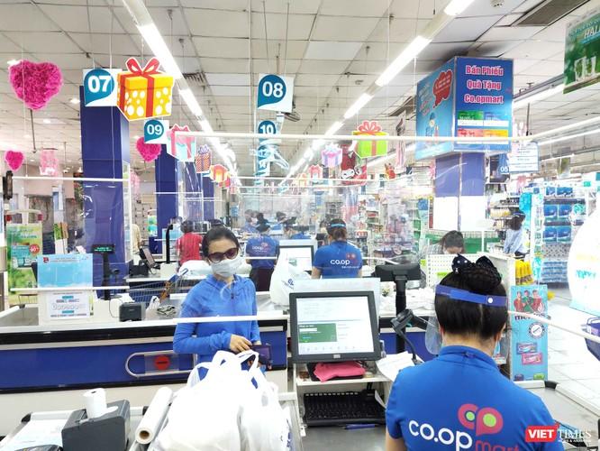 Nhân viên bán hàng được mang trang phục bảo hộ