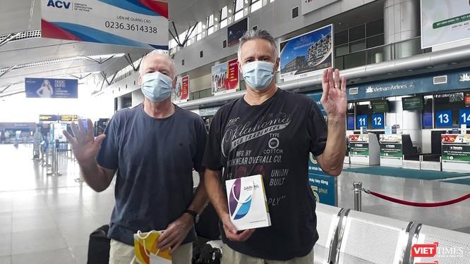 Ca bệnh số 22 và 23 tại sân bay Đà Nẵng ngày 10/4 trước khi di chuyển vào TP.HCM (Ảnh: Hồ Xuân Mai)