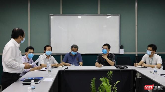 Sở Y tế đọc quyết định tạm đình chỉ sản xuất của Công ty TNHH PouYuen Việt Nam (Ảnh: Đình Nguyên)