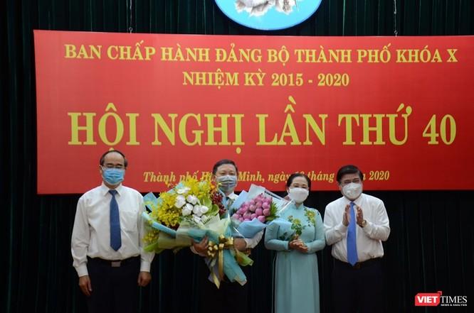 Ban Thường vụ Thành ủy TPHCM tặng hoa chúc mừng tân Phó Chủ tịch UBND TPHCM Dương Anh Đức (Ảnh: TTBC)