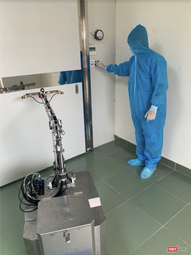 Robot chờ mở cửa buồng cách ly áp lực âm để vào làm công tác khử khuẩn buồng