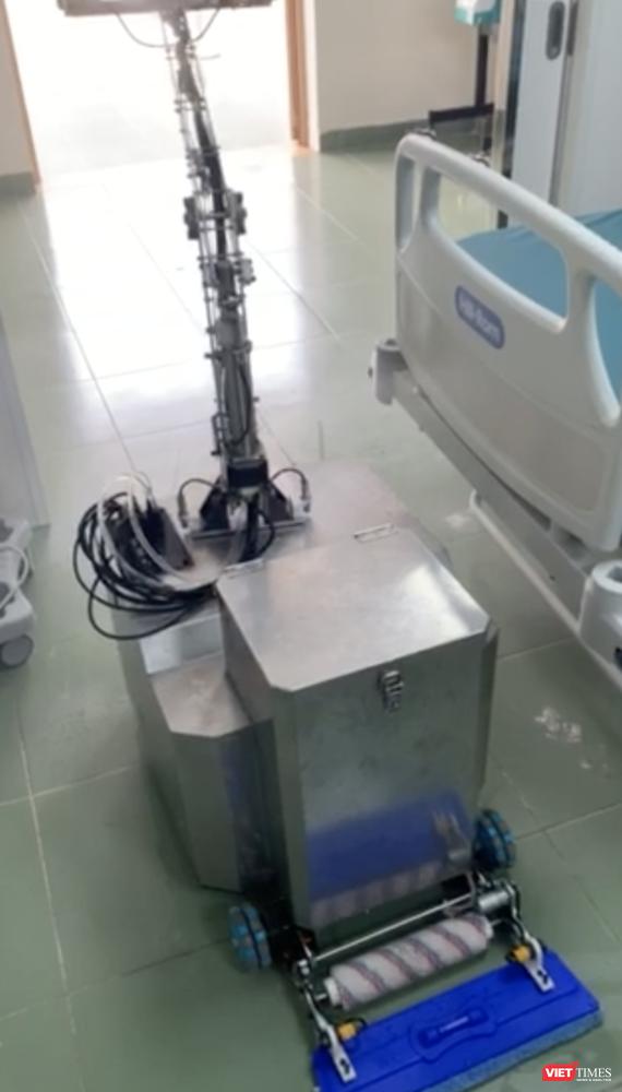 Trước khi ra khỏi phòng, Robot biết tự phun thuốc để khử khuẩn cho chính mình