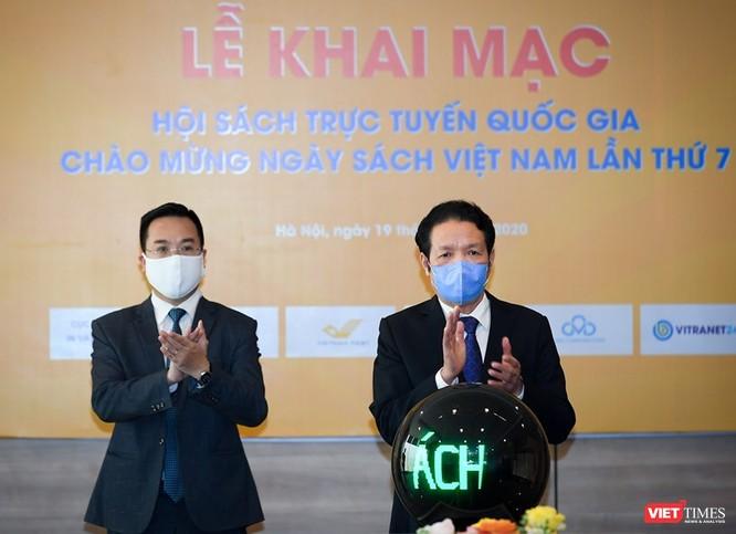 Thứ trưởng Hoàng Vĩnh Bảo nhấn nút khai mạc hội sách trực tuyến đầu tiên của Việt Nam