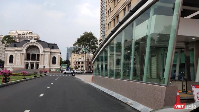 Ga Nhà hát nằm ngay trước cửa Nhà hát Thành phố, giữa khu vực trung tâm (Ảnh: Hòa Bình)