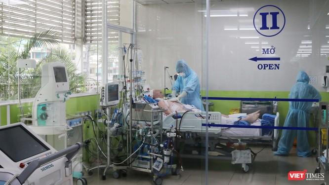 Cận cảnh các BS chăm sóc bệnh nhân 91 tại phòng điều trị tích cực tại Khoa Hồi sức cấp cứu (Ảnh: BVCC)