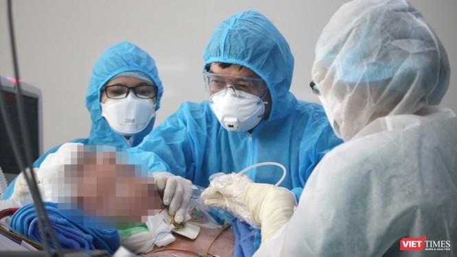 Video bệnh nhân 91 quay đầu, cử động tay, BS cho hay phổi phi công người Anh hồi phục 40% ảnh 1