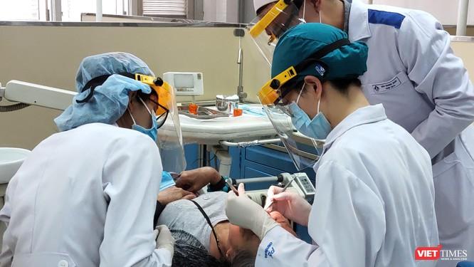 Giảng viên và sinh viên Khoa Răng Hàm Mặt, khoa có mức thu học phí mới 70 triệu đồng/năm