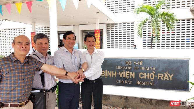PGS.TS Lương Ngọc Khuê chúc mừng đội ngũ BS chuẩn bị tiễn bệnh nhân 91 về quê hương Anh (Ảnh: Hòa Bình)