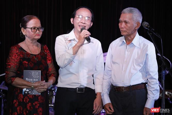 Hà Chương mời ba mẹ lên cám ơn và trao tặng cuốn sách của mình