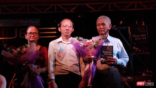 Nhạc sĩ Hà Chương tặng hoa và sách cho ba mẹ