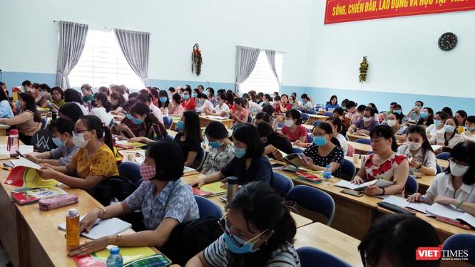 Buổi trao đổi của GS Nguyễn Minh Thuyết với 220 thầy cô đến từ nhiều trường tại TP.HCM sáng 30/7 (Ảnh: Hòa Bình)