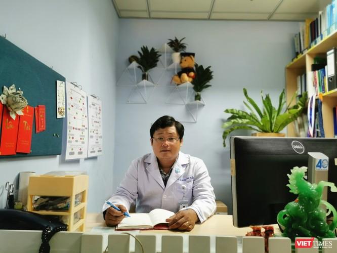 Bác sĩ Huỳnh Minh Tuấn cảnh báo vaccine không giải quyết được toàn bộ dịch bệnh COVID-19 (Ảnh: Hòa Bình)