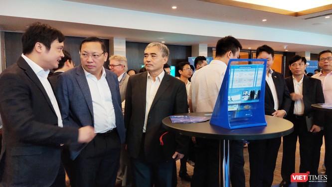 Ông Nguyễn Minh Hồng - Chủ tịch Hội Truyền thông số Việt Nam trao đổi tại các gian hàng trưng bày CNTT (Ảnh: Hòa Bình)