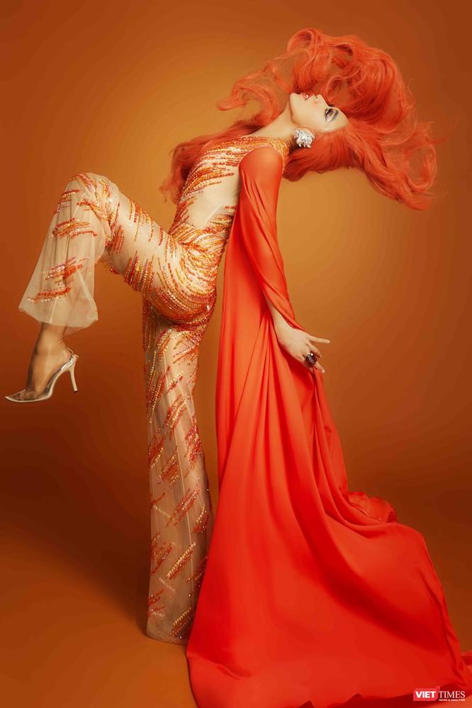 Biên đạo Nhật Anh mang màu cam – tượng trưng cho sự nhận thức và các khả năng