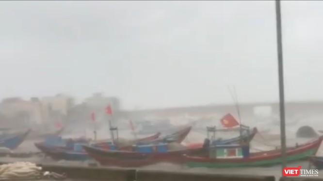 Gió giật cấp 15, sóng cao gần 10m ở đảo Lý Sơn, Quảng Ngãi có 2 người chết trong bão số 9 ảnh 1